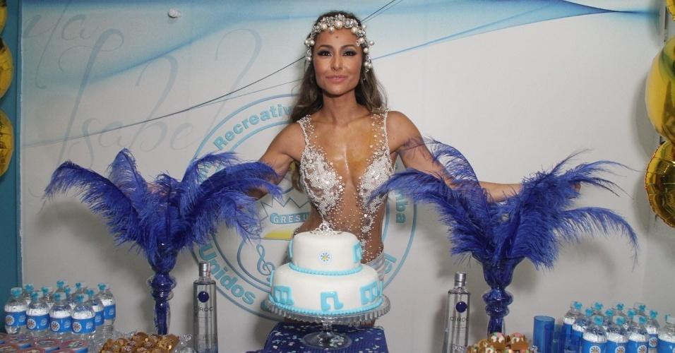 8.fev.2015 - Sabrina Sato ganha bolo de aniversário durante ensaio na quadra da Vila Isabel, no Rio de Janeiro