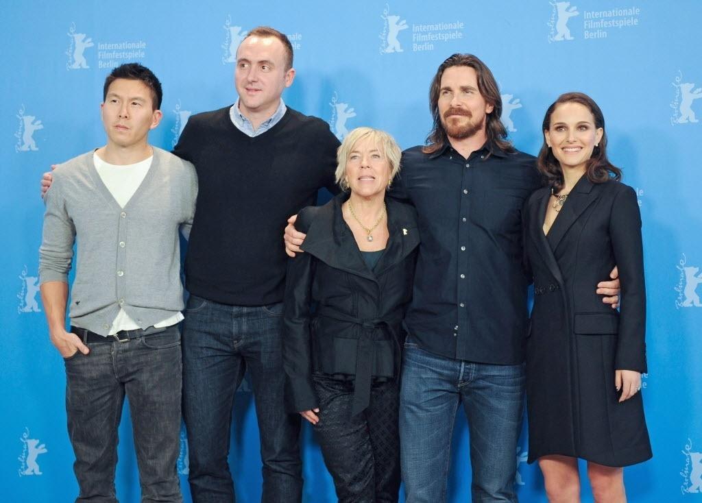 8.fev.2015 - Os produtores Ken Lao, Nicolas Gonda e Sarah Green posam ao lado dos atores Christian Bale e Natalie Portman para promover o filme