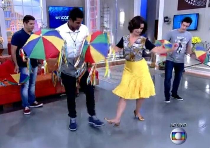 9.fev.2015 - Fátima Bernardes dá aula de frevo a Marcello Melo Jr., vencedor da