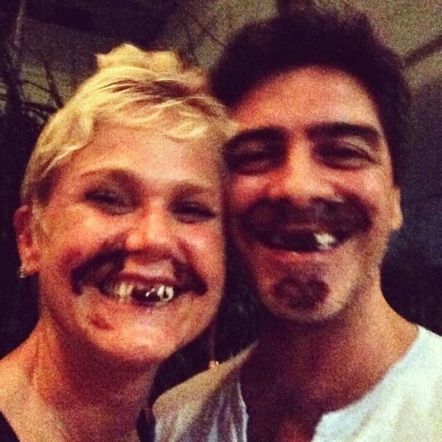 9.fev.2015 - Xuxa dividiu com os fãs nesta segunda-feira (9) um momento descontraído ao lado do namorado, Junno Andrade. O casal aparece com os rostos e os dentes sujos