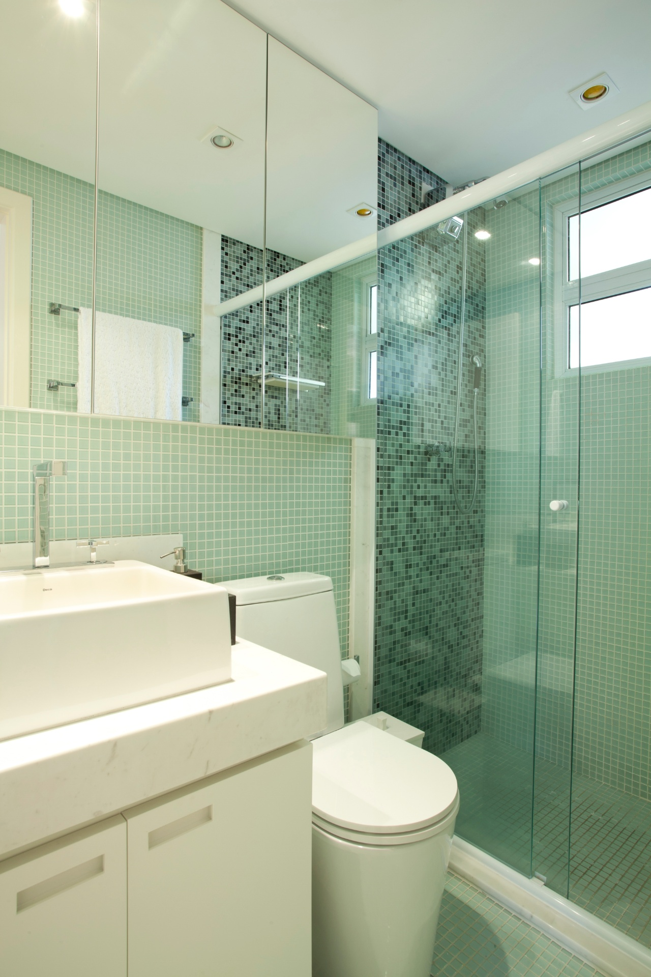 banheiro do apartamento com 32 m² tem louças e metais Deca boxe e #7A7351 1280 1920