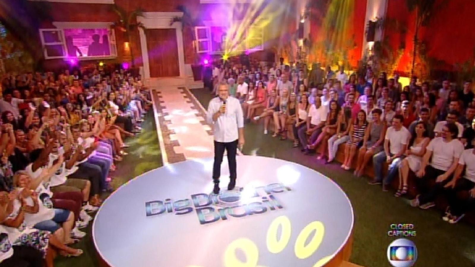 10.fev.2015 - Com plateia, o apresentador Pedro Bial apresenta início de programa com resultado de paredão entre Marco e Fernando