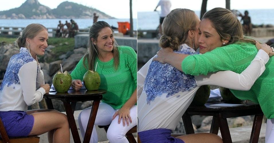 """10.jan.2015 - Angélica grava entrevista com Fernanda Gentil para o programa """"Estrelas"""", da Globo, na orla da Barra da Tijuca, no Rio. Gentil está grávida de três meses de seu primeiro filho"""