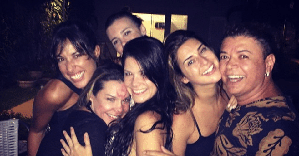 9.fev.2015 - Fernanda Souza faz chá de cozinha com amigas famosas, nesta segunda-feira, 15 dias antes de trocar alianças com o cantor Thiaguinho
