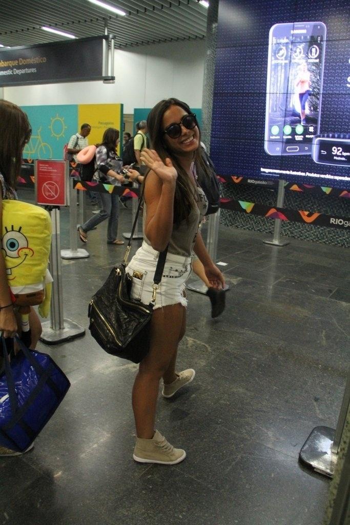 11.fev.2015 - Anitta já está imersa no Carnaval. Nesta quarta-feira, a funkeira embarcou no aeroporto do Galeão, no Rio de Janeiro, rumo a Salvador. Nesta quinta-feira ela sai à frente do bloco Eu Vou na capital baiana, sua grande estreia no comando de um trio elétrico
