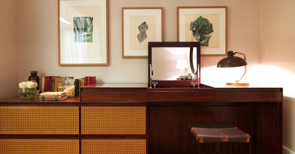 Inspirado nos anos de 1960, o móvel em pau ferro e palhinha ocupa um canto no quarto do jovem casal, criado por Victoria Enrica, e também funciona como penteadeira. A bancada com gavetas é unida a dois armários baixos e o espelho aparece quando o tampo escamoteável é aberto. O banco em couro completa a proposta criada para a Mostra Casapronta