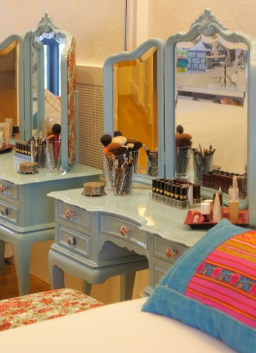 Paola Ribeiro recorreu a penteadeira com traços antigos e cor vibrante para mobiliar este quarto. O móvel com três espelhos  reguláveis e cinco gavetas é super prático e acomoda com folga produtos de beleza, além de possuir um nicho para o encaixe de um pufe ou banqueta