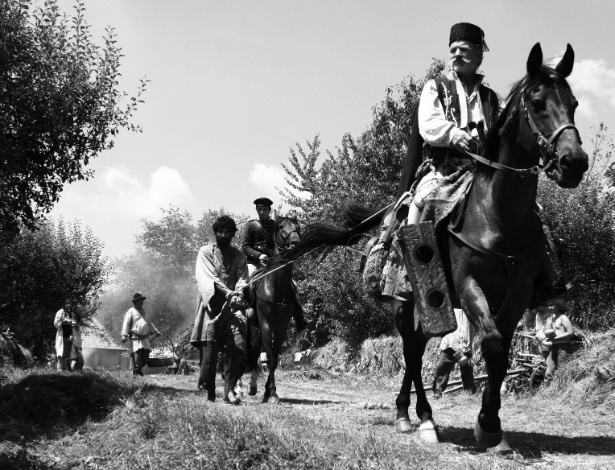 """10.fev.2015 - Cena do filme romeno """"Aferim!"""", dirigido por Radu Jude, que retrata a escravidão cigana"""