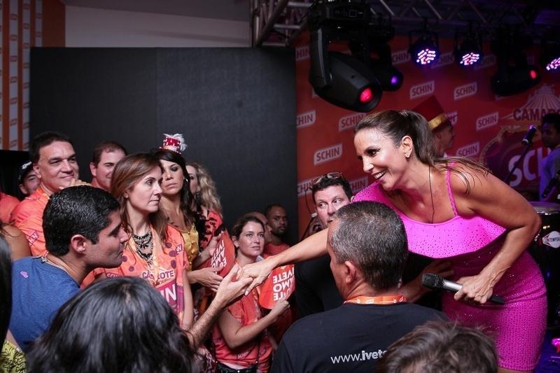 12.fev.2015 - Ivete estava animada e interagiu com os fãs que vibravam com o show da baiana