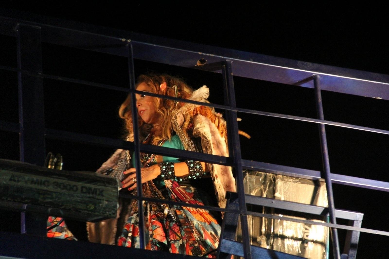 13.fev.2015 - A Cantora Daniela Mercury se prepara para comandar o trio elétrico no Circuito da Barra, em Salvador