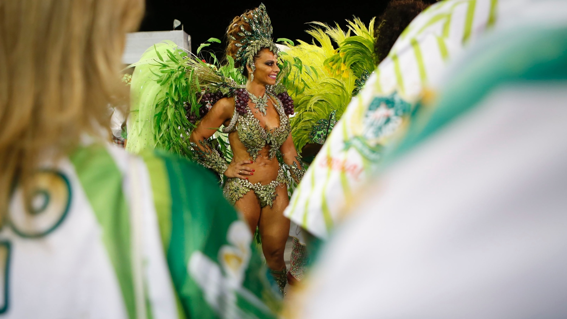13.fev.2015 - A rainha de bateria da Mancha Verde, Viviane Araújo se prepara para entrar na avenida