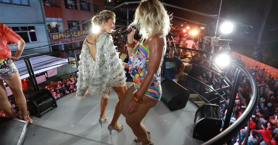 13.fev.2015 - As duas cantoras dançam em cima do trio