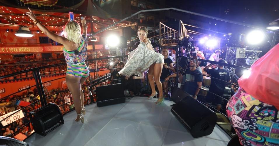 13.fev.2015 - As duas dançam em cima do trio, animando a todos em Salvador