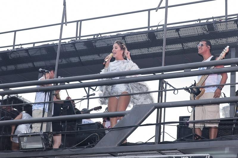 13.fev.2015 - Vestida com um maiô prata, Claudia Leitte faz sua primeira apresentação no Carnaval de Salvador de 2015, no circuito Barra-Ondina