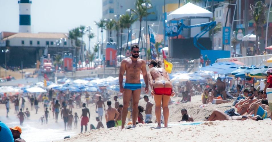 Eliana Amaral faz topless e recebe ajuda para passar bronzeador no corpo