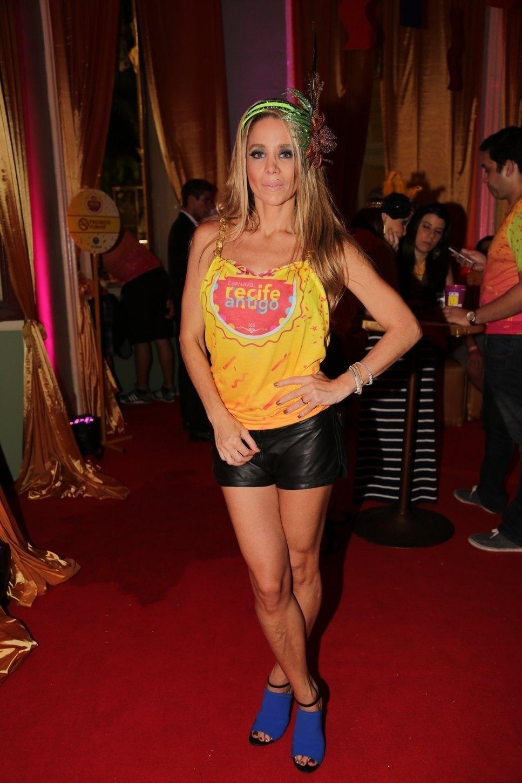 13.fev.2015 - Com pernas de fora, Danielle Winits aproveita o Carnaval em camarote no Recife