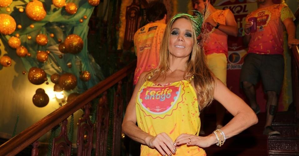 13.fev.2015 - Sem o namorado, Amaury Nunes, Danielle Winits aproveita o Carnaval em camarote no Recife