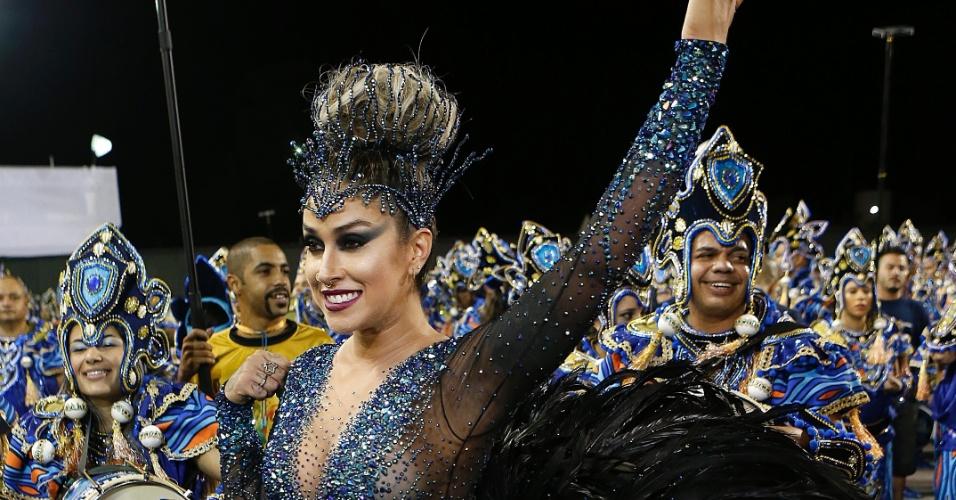 14.fev.2015 - A modelo Dani Bolina, madrinha de bateria da Vila Maria entra na avenida