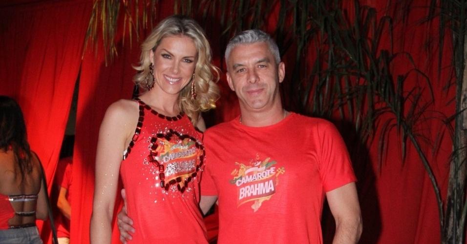 14.fev.2015 - Ana Hickmann posa com o marido, Alexandre, ao chegar no sambódromo do Anhembi, em São Paulo