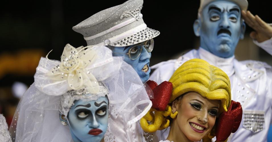 14.fev.2015 - Bailarinos da comissão de frente da Tom Maior, que desfila com enredo inspirado na adrenalina