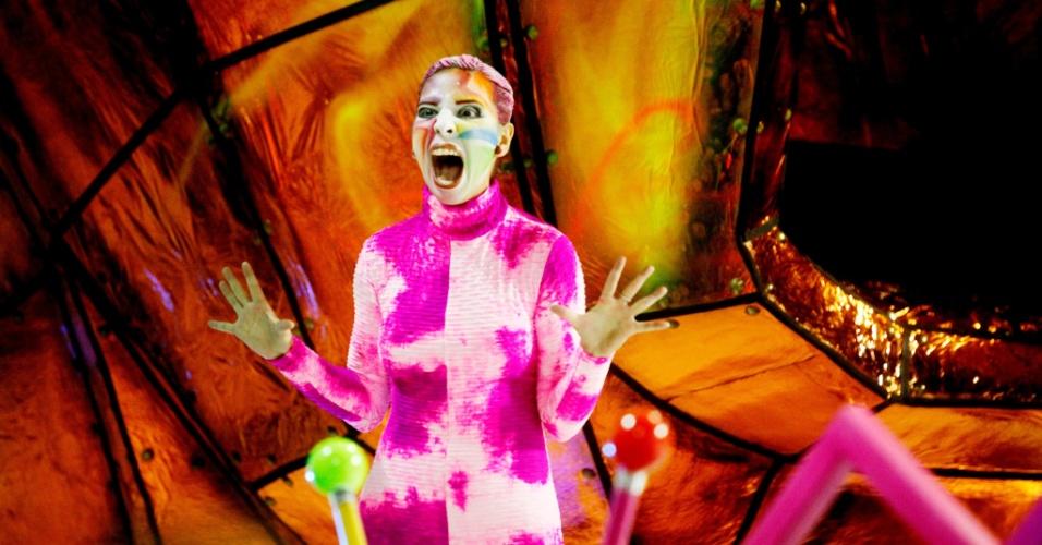14.fev.2015 - Destaque de carro alegórico da Tom Maior, que desfila com enredo inspirado na adrenalina