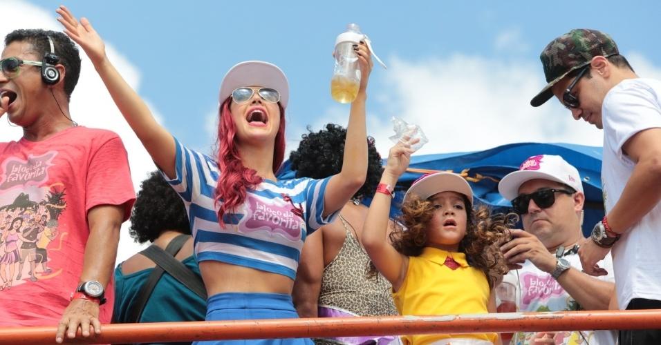 14.fev.2015 - Josie Pessoa e Mel Maia curtem o Bloco da Favorita, de cima do trio elétrico. Desfilando na orla de São Conrado, o bloco adapta funks ao ritmo carnavalesco.