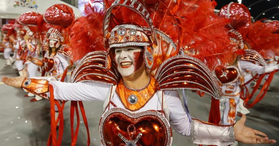 14.fev.2015 - Passista da Tom Maior, que desfila com enredo inspirado na adrenalina
