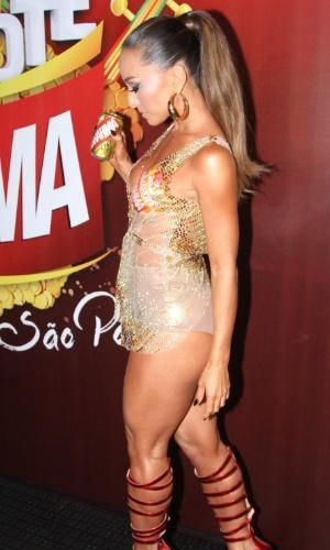14.fev.2015 - Sabrina Sato curte o sábado (14) de Carnaval no sambódromo de São Paulo. A bela apareceu com um modelito nude, que mistura transparência e brilho, deixando sua silhueta à mostra