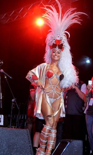 14.fev.2015 - Em camarote, Sabrina Sato mostra fantasia para desfile da Gaviões da Fiel. Ela é rainha de bateria da escola
