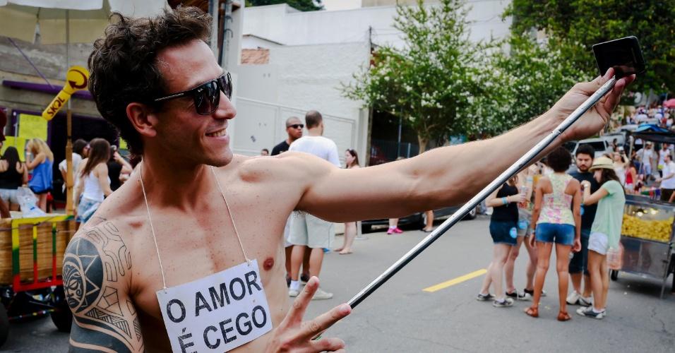 14.jan.2015 - Folião faz uma foto com 'pau de selfie' no desfile do bloco Cacique do Jaraguá