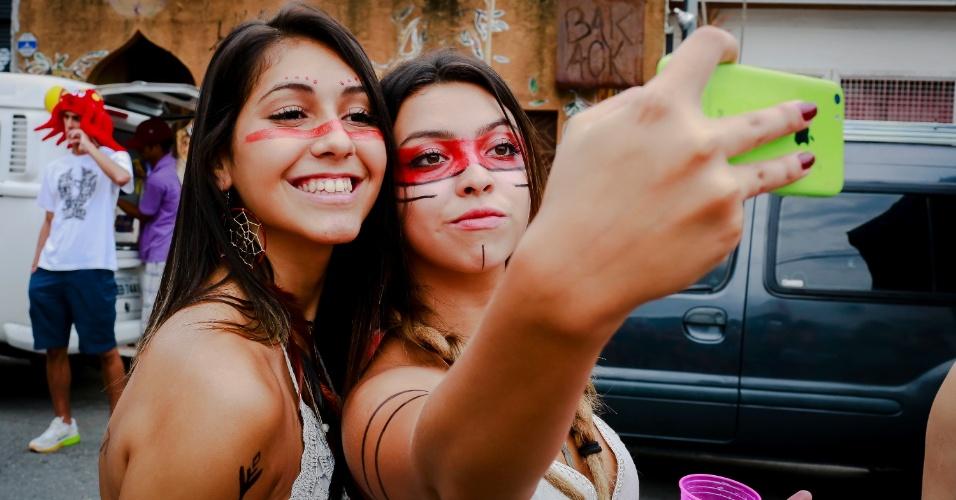 14.jan.2015 - Folionas fazem autoretrato enquanto esperam o desfile do Bloco Caciques do Jaraguá, na Vila Madalena