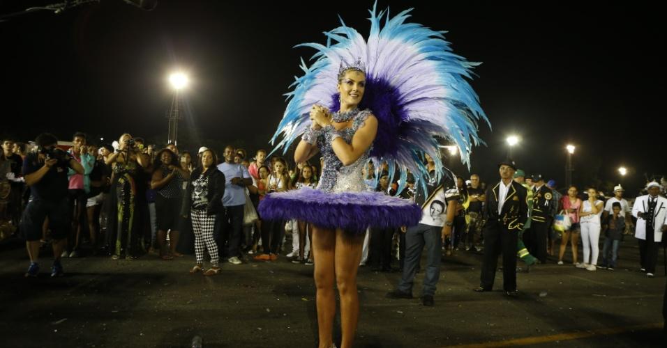 """15.fev.2015 - Ana Hickmann usa vestido azul, como de uma bailarina, no desfile da Vai-Vai, que homenageia Elis Regina com o tema """"Simplesmente Elis. A Fábula de uma Voz na Transversal do Tempo"""""""