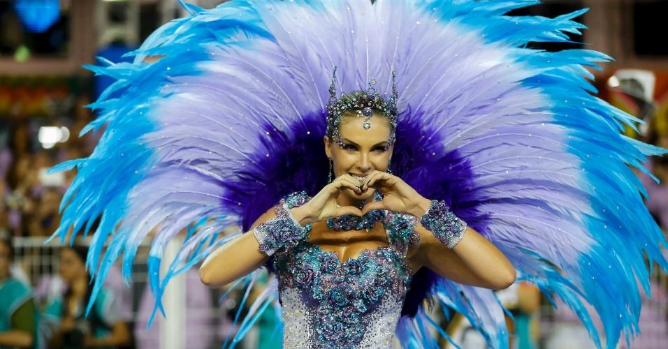 """15.fev.2015 - Ana Hickmann usa vestido azul, como de uma bailarina, no desfile da Vai-Vai, que homenageia Elis Regina com o tema """"Simplesmente Elis. A Fábula de uma Voz na Transversal do Tempo""""."""