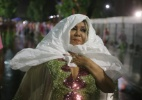 Cantora Alcione se protege da chuva antes do desfile da Mangueira