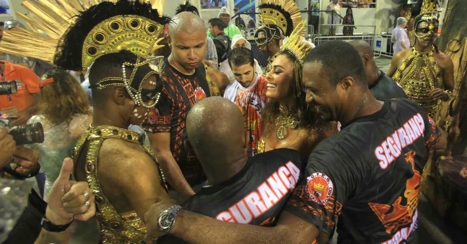 15.fev.2015 - Juliana Paes chega para o desfile cercada de seguranças
