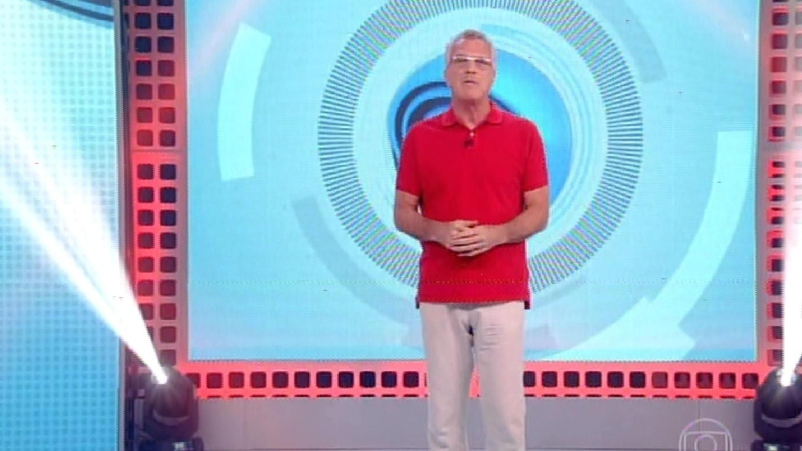 15.fev.2015 - O apresentador Pedro Bial inicia programa em dia de formação do quarto paredão do