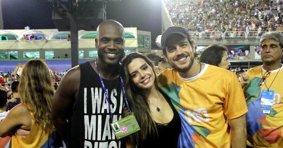 15.fev.2015 - Rafael Zulu, Giovanna Lancelotti e Marco Pigossi curtem os desfiles do grupo de acesso do Rio de Janeiro, na Sapucaí
