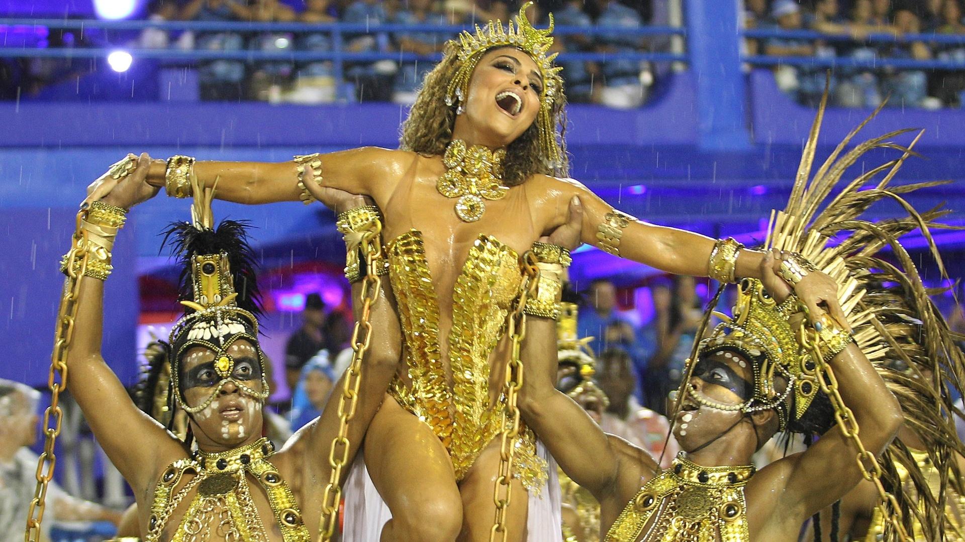 15.fev.2015 - Sob chuva forte, Juliana Paes desfila pela Viradouro