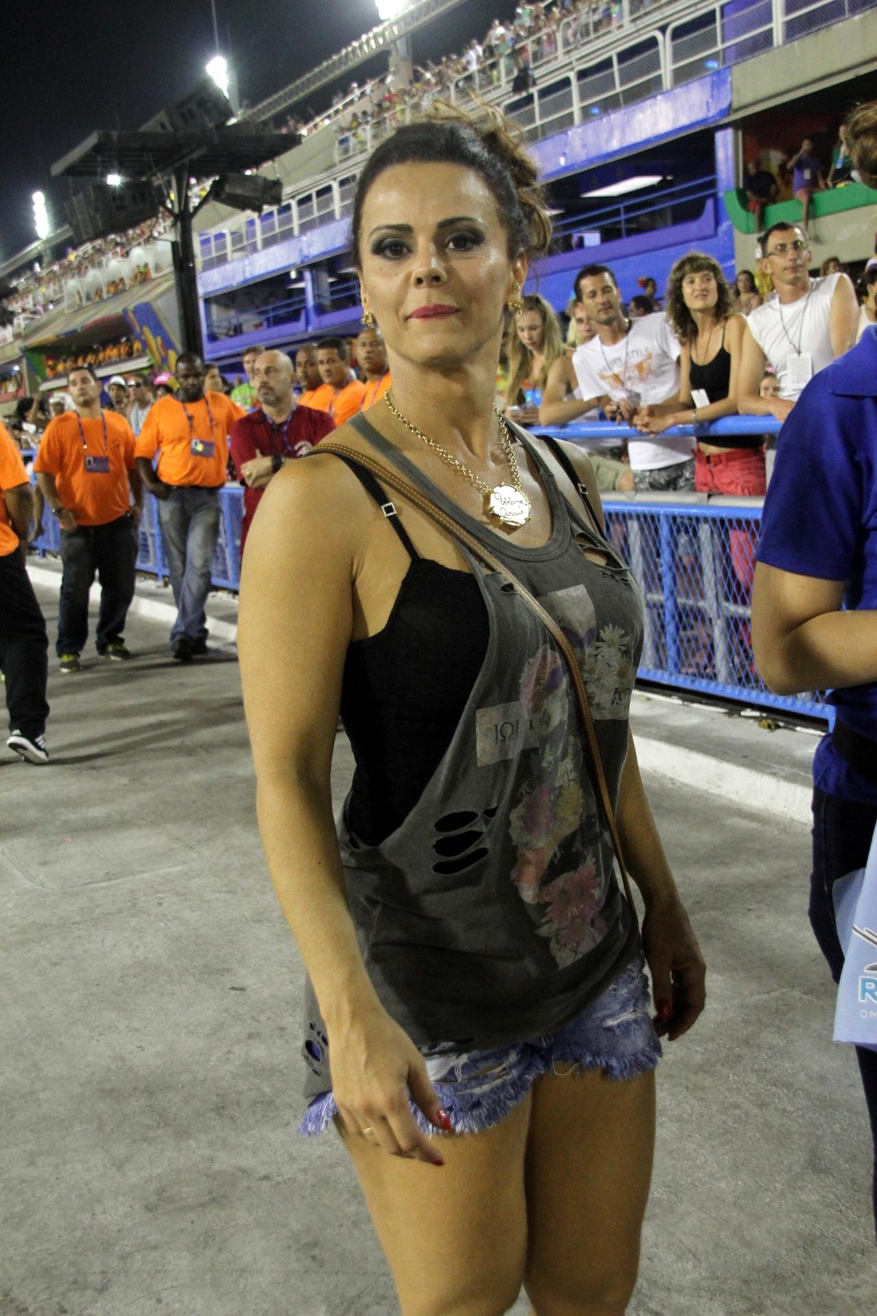 15.fev.2015 - Um dia após desfilar em São Paulo, Viviane Araújo acompanha os desfiles do grupo de acesso do Rio de Janeiro, na Sapucaí