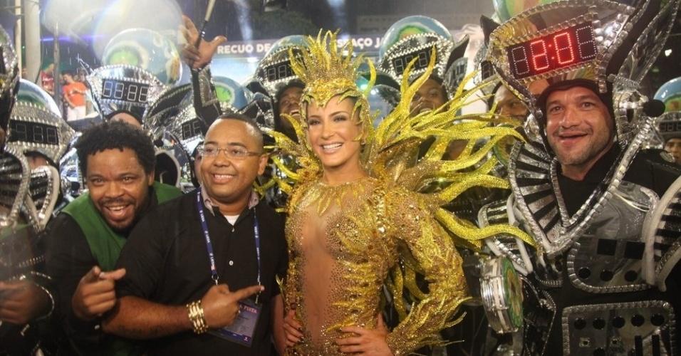 15.fev.2015 - Dudu Nobre, chefe da bateria da Mocidade, apresenta Claudia Leitte que estreia na Sapucaí