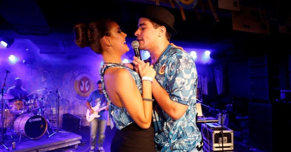 15.fev.2015 - Paloma Bernardi ganha canção do namorado, Thiago Martins, em camarote na Sapucaí. Ela sai na madrugada de domingo como musa da Grande Rio e está dois quilos mais magra