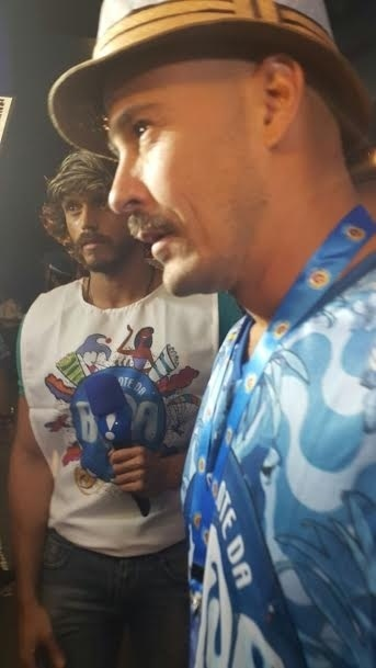 15.fev.2015 - Paulinho Vilhena curte em camarote a primeira noite de desfile no Rio de Janeiro