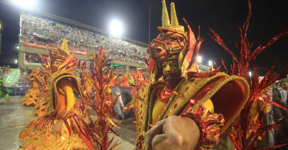 16.fev.20015 - Ala da Mocidade com alegorias criadas pelo carnavalesco Paulo Barros, que estreia na escola