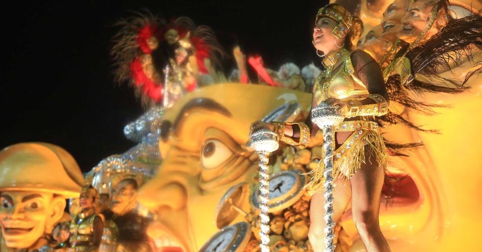 16.fev.20015 - Destaque da Mocidade samba ao som do enredo inspirado na música de Paulinho Moska,