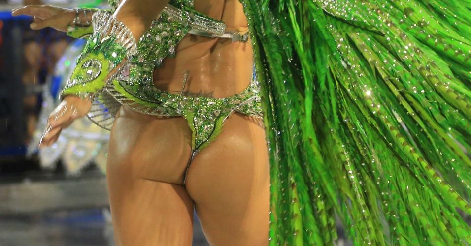 16.fev.20015 - Passista da Mocidade samba ao som do enredo inspirado na música de Paulinho Moska,
