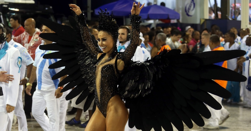 16.fev.2015 - A rainha de bateria da Unidos de Vila Isabel, Sabrina Sato, chamou a atenção durante a primeira noite de desfiles do Grupo Especial no Rio