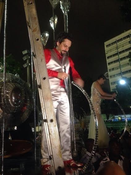 16.fev.2015 - Alexandre Nero toma seu lugar em carro alegórico do Salgueiro