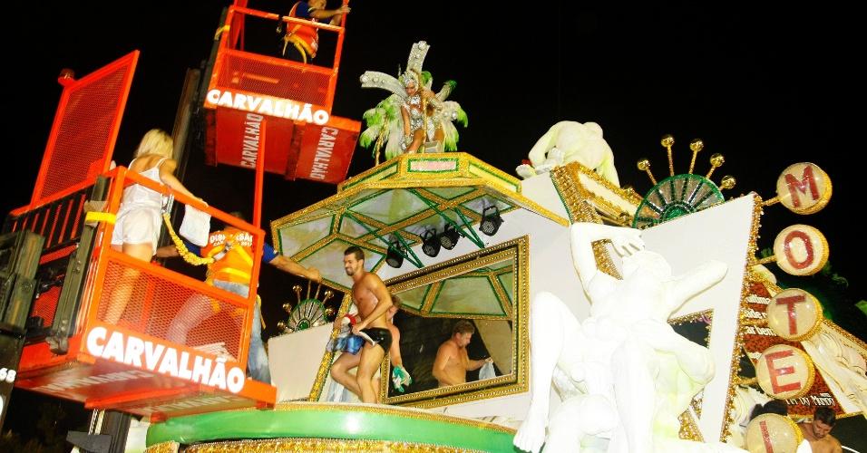 16.fev.2015 - Bastidores da escola de samba; integrantes recebem ajuda para descer após o desfile