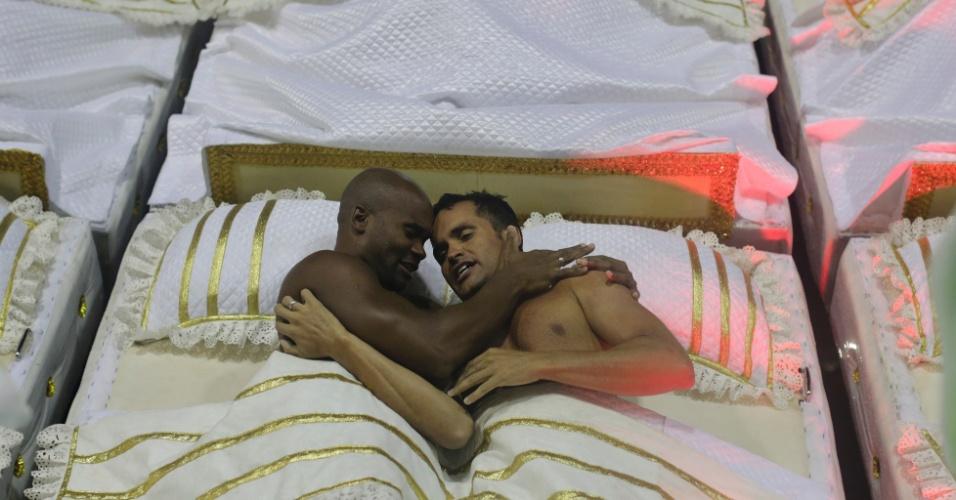 16.fev.2015 - Carro retrata motel com casais se abraçando