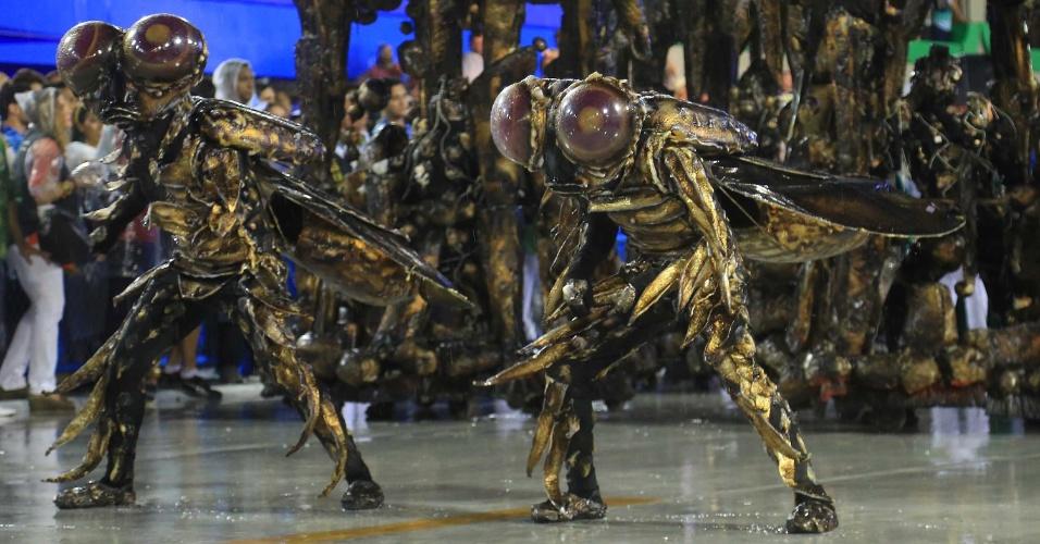16.fev.2015 - Integrantes da comissão de frente da Mocidade desfilam fantasiados de homens-mosca